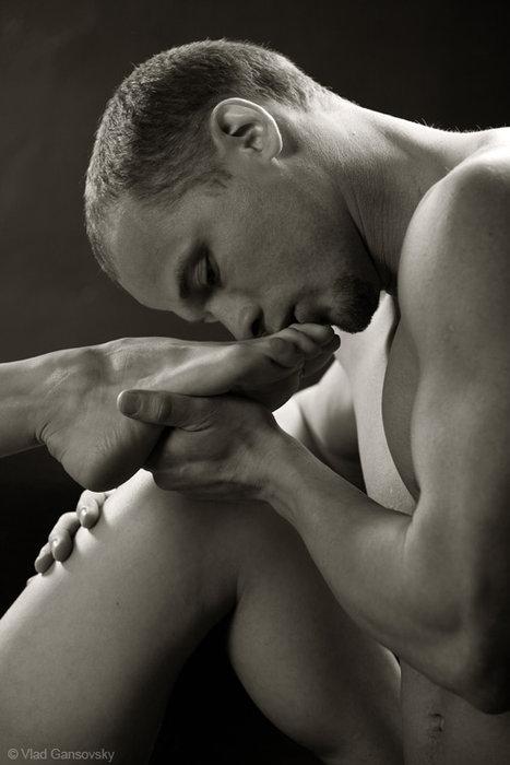 Фото раб целует ноги